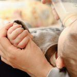飛行機で赤ちゃんに授乳するタイミングと場所 ミルクの持ち込みは可能?お湯はどうすればいい?
