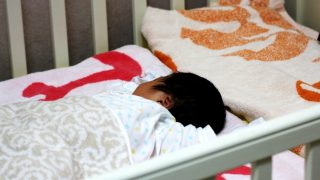 赤ちゃんを飛行機で寝かせるベビーベッド バシネットの年齢制限や料金は?予約はいつリクエストする?