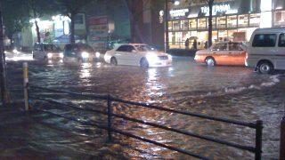 ゲリラ豪雨時の運転で注意点と車の水没や冠水がどこまで来たら脱出すべき?