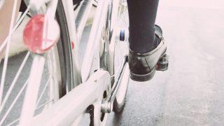 自転車で雨の日の傘は違反 顔が濡れたり化粧崩れを避けるためには?