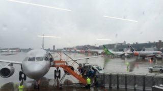 台風で飛行機が欠航する基準と振替や払い戻し、ホテル代についての対応