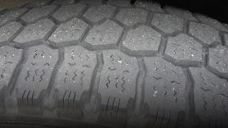 タイヤにスリップサインが出たら車検不合格?確認方法はどこを見る?