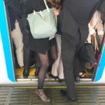 電車遅延の場合会社は遅刻扱いになる?給料や残業代への影響は?