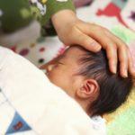 赤ちゃんが寝ないで遊びたがる!寝かしつけると暴れる時はどうする?