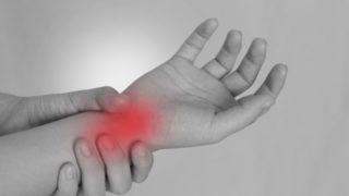 赤ちゃんを抱っこして腕が腱鞘炎に…辛いし痛いけど乗り切るにはこうする!
